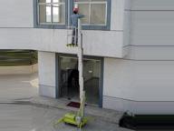 升降机电源被车挂断 施工者困在20米高空